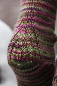 Crochet Socks, Knitted Slippers, Knit Or Crochet, Knitting Socks, Knitting Stitches, Knitting Designs, Hand Knitting, Knitting Patterns, How To Knit Socks