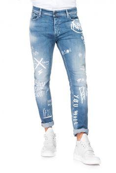 Um dos mais recentes modelos para homem. Com cinta baixa e perna muito justa, este fit funciona quase como jeans skinny para homem, uma vez que se tornam mais justos na direção do tornozelo. Além de atual e tendência, Slender é também muito confortável.
