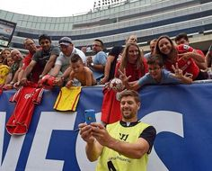 Liverpool Captain Steven Gerrard takes a selfie with some #LFC fans in Chicago. #LFCTourUSA #LFCTour