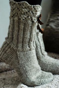 Wool socks – Lace + ribbing ~~ Villasukat matkalaukussa: Rusetein koristetut… Wool socks – Lace + ribbing ~~ Wool socks in the suitcase: Lace waistcoats with rhinestones. Diy Crochet And Knitting, Crochet Socks, Knitted Slippers, Wool Socks, Slipper Socks, Knitting Socks, Free Knitting, Looks Country, Lace Bows