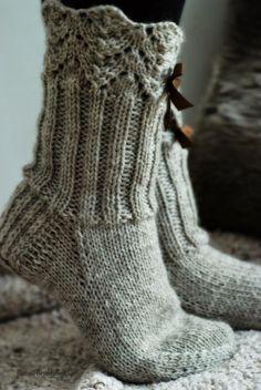 Wool socks - Lace + 2x2 ribbing ~~ Villasukat matkalaukussa: Rusetein koristetut pitsivillasukat.