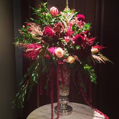 Entryway floral arrangement for a wedding in shades of red.  #5ssens www.5ssens.com