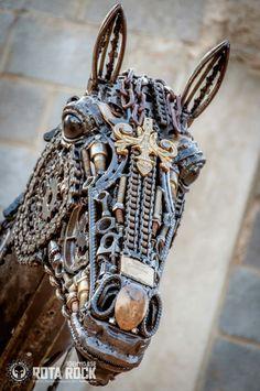 By Zakeu Vitor. Recycling Sculpting Metal Sculpture Wall Art, Steel Sculpture, Horse Sculpture, Zebras, Scrap Metal Art, Welded Metal Art, Metalarte, Trash Art, Horseshoe Art
