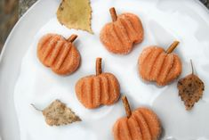 """GODIS-PUMPOR   Enkla att göra och blir såååå fina! Man kan äta hela godiset eftersom """"stjälken"""" är en bit """"salta pinnar"""" / 55 g smör, rumstempererat / 3/4 dl glykossirap / 8-9 dl florsocker / 1/4 tsk vaniljpulver / orange karamellfärg/pastellfärg/gelfärg / ½ dl strösocker / salta pinnar"""