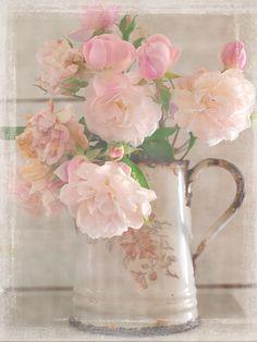An old rose bouquet in a vintage enamel jug- floral home decor Deco Floral, Arte Floral, My Flower, Beautiful Flowers, Beautiful Life, Beautiful Things, Beautiful Pictures, Old Rose, Rose Cottage