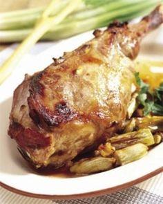 Cordero asado (Castilla y León)      El cordero cocinado sobre las brasas lentamente hacen que la carne se presente en el plato de forma jugosa y en su punto. Sin lugar a dudas, es uno de los platos más reconocibles de la gastronomía española.