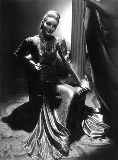 Fashion shot by John Rawlings for Vogue 1938 1938 Fashion, Retro Fashion, Vintage Fashion, Vintage Beauty, Vintage Style, Glamour Magazine, Vogue Magazine, Fashion Themes, Fashion Shoot