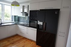 Nowoczesne meble kuchenne #meblekuchenne #kuchnia #białakuchnia #frontyakrylowe #meblenawymiar #filmarmeble #furniture #kitchen #floortiles #design #homedecor #samsung #lacobel