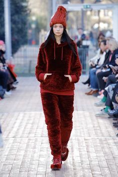 Undercover Fall 2018 Ready-to-Wear Fashion Show Collection Autumn Fashion 2018, Red Fashion, Fashion News, High Fashion, Fashion Glamour, Paris Fashion, Fashion Women, Fashion Brands, Fashion Show Collection
