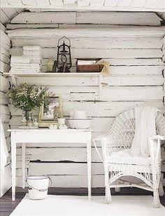 壁の表情が素敵な、シャビーテイストのインテリア。インドアグリーンがアクセントになっています。白で統一された家具、小物が気持ち良いですね。