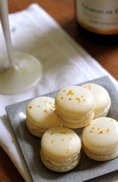 ~Champagne Macarons~ring in the new year with these champagne macarons filled with a champagne-infused buttercream. The are the perfect celebration cookie! @ Eats Well With Others Mothers Day Desserts, Just Desserts, Delicious Desserts, Yummy Food, Cookie Recipes, Dessert Recipes, Frosting Recipes, French Macaroons, French Macarons Recipe