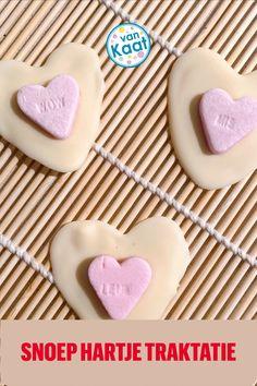 Deze traktatie maak je van een snoephartje en chocolade. Mierzoet, maar wel lekker! Hoe je deze en andere valentijnsdag traktaties maakt, lees je in mijn blog. Sugar, Cookies, Desserts, Blog, Crack Crackers, Tailgate Desserts, Deserts, Biscuits, Postres