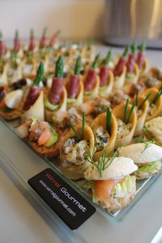 Coctelería para cumpleaños y eventos, Canapés la guía más completa | Tucumpleañosfeliz.cl Canapes Gourmet, Canapes Catering, Catering Menu, Good Healthy Recipes, Gourmet Recipes, Appetizer Recipes, Appetizers, Tapas Buffet, Food Buffet