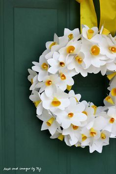 DAFFODIL DOOR – These paper blossoms are a (surprisingly) kid-friendly craft that looks decidedly grown-up. Click through for the full tutorial and for more easter decorations.