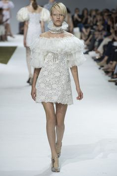 See the complete Giambattista Valli Fall 2016 Couture collection.