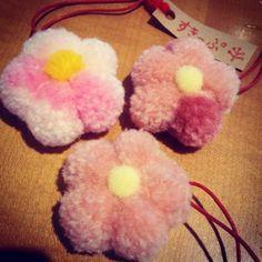 【fukushiyazakka】さんのInstagramをピンしています。 《ぽんぽん桜のストラップ。  季節はずれですが、 あまりにもかわいかったので、つい。  #すきっぷ #燕#吉田#ぽんぽん#ポンポン#桜#花#毛糸#フクシ屋雑貨店》