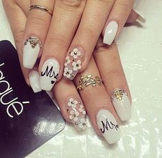 Floral nails by Laque Nails. ❤️
