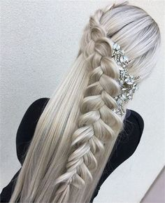 All styles of box braids to sublimate her hair afro On long box braids, everything is allowed! For fans of all kinds of buns, Afro braids in XXL bun bun work as well as the low glamorous bun Zoe Kravitz. French Braid Hairstyles, Wedding Hairstyles, Cool Hairstyles, Viking Hairstyles, Quiff Hairstyles, Brunette Hairstyles, Hairstyles 2018, Straight Hairstyles, Curly Hair Tips