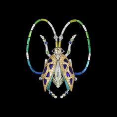 Lorenz Bäumer Symbole de renaissance et de protection pour la culture Égyptienne, ce petit coléoptère se transforme en une précieuse parure odorifère grâce à de micros cavités repercées sur le corps de l'animal. Une fois imprégnées, broches et boucles d'oreilles diffusent ainsi l'essence de votre parfum tout au long de la journée.