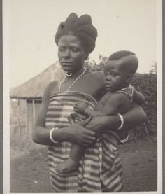 Bamoun woman and child - Cameroon - c. African Tribes, African Diaspora, African Countries, We Are The World, People Of The World, African Culture, African History, Mission Images, Afrique Art