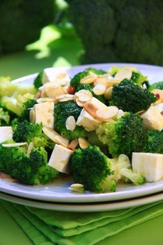 Superjedzenie (z angielskiego superfood) to żywność, która nie tylko zapewnia sytość, ale ma mnóstwo cennych dla naszego zdrowia właściwości, np. zawiera dużo witamin, minerałów, albo innych wartościowych substancji. Oprócz egzotycznych jagód goji czy quinoi, do superfood śmiało możemy zaliczyć także niektóre z produktów łatwo dostępnych w naszym kraju, m.in. kaszę gryczaną, brokuły czy jarmuż. Oto kilka pomysłów na dania z ich wykorzystaniem.