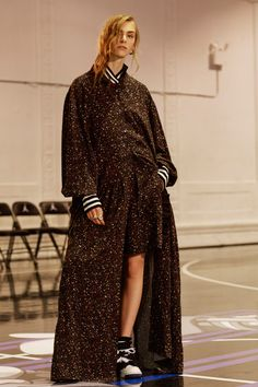 See all the Public School Pre-Fall/Winter photos on Vogue. Dope Fashion, Fashion Face, Only Fashion, Fashion 2017, Fashion Models, Fashion Show, High Fashion, Super Long Coats, Fashion Gallery