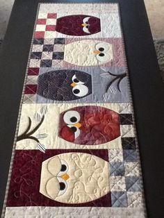 Ugleløper og puter sydd etter mønster av AnnAKa.Pryder min stue og passer perfekt til øvrig interiør :)