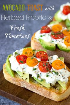 Avocado Toast + Herbed Ricotta & Fresh Tomatoes- Crusty Artisan bread toasted and topped with creamy avocado, herbed ricotta (ricotta with spinach, basil, red pepper flakes and chives) and Fresh Tomatoes. A crowd pleaser and it only takes 5 min. Avocado Dessert, Avocado Toast, Avocado Salad, Avocado Bruschetta Recipe, Pain Artisanal, Quick And Easy Appetizers, Keto, Artisan Bread, Light Recipes