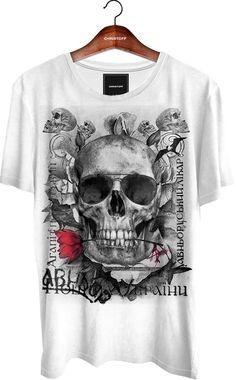 e915d616eec59 Camiseta Gola Básica - Sunglass Skull 100% algodão. Cor branca. Bainha nas  mangas e na barra. Estampa aplicada através de