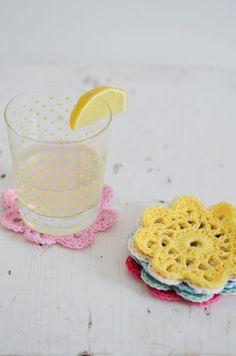 crochet_flower_coasters_1 Crochet Diy, Diy Crochet Flowers, Crochet Simple, Crochet Gratis, Crochet Motifs, Love Crochet, Crochet Patterns, Bag Patterns, Crochet Ideas