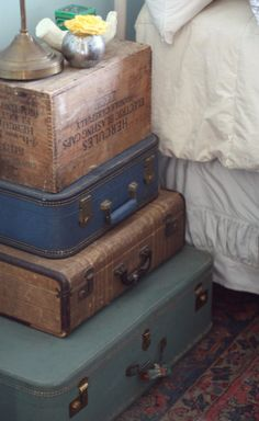 Stacked Vintage Suitcase Nightstand - stcak up your luggage and boxes to create a shabby chic night stand while decluttering your closet. - Daily Home Decorations Shabby Chic Nightstand, Diy Nightstand, Shabby Chic Living Room, Shabby Chic Homes, Shabby Chic Decor, Bedside Tables, Bedroom Vintage, Vintage Decor, Vintage Suitcases