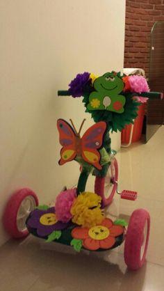 Triciclo adornado para primavera