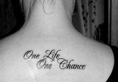 "Tatuaje con la frase ""One life, One chance"" (Una vida, una oportunidad)."