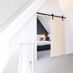 Vintage Room and Retro: Tips, Decor and Photos! - Home Fashion Trend Attic Bedroom Designs, Attic Bedroom Small, Attic Bedrooms, Attic Loft, Loft Room, Home Bedroom, Deco Studio, New Room, Home Decor Inspiration