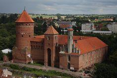 Reszel - zamek biskupów warmińskich zbudowany w latach 1350-1401; Jeden z ostatnich w Europie stosów zapłonął właśnie w Reszlu w roku 1811. Spalono na nim Barbarę Zdunk, którą podejrzewano o podpalenie i czary.