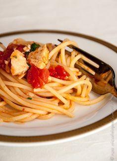 Le #ricette di #Coquinaria  - Spaghetti con pesce spada e pomodori confit - Un piatto unico che abbina pasta, pesce e verdure. Savita lo prepara unendo al piatto anche dei pomodorini confit per dare una sensazione di dolcezza.