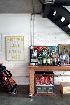 Bar em baixo da escada, com máquina de refrigerante!
