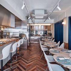 Wieczorne wyjście? Tylko w dobrym stylu.   Na zdjęciu nasze stołki barowe Adelaide i krzesła Ottawa w restauracji @raffine_restaurant w Korei.   #boconcept #boconceptpoland #bcpl @boconcept_official #dining #restaurant #diningchair #barstool #ottawa #karimrashid #danishdesign #interiordesign #design #furniture #home #homedecor #decor #inspiration #designporn #homeinspiration #style #wystrojwnetrz #wnetrza #restauracja #restauracje #krzeslo #bar #jedzenie #foodporn