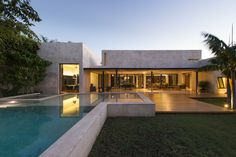 Construido por Reyes Ríos + Larraín Arquitectos en Merida, Mexico con fecha 2013. Imagenes por Pim Schaljwijk. Casa habitación de 800 m2 en una sola planta inserta en un terreno plano de 2000 m2 sin vegetación relevante en un ba...