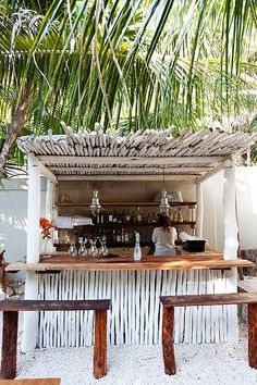 The Hartwood Bar at The Selby, a beach hotel in Tulum, Mexico Bares Tiki, Outdoor Spaces, Outdoor Living, Outdoor Kitchens, Outdoor Cooking, Juice Bar Design, Tiki Hut, Tiki Bars, Tulum Mexico