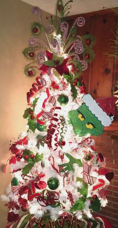 Gorgeous and Creative Christmas Tree Decorating Ideas You'll Love Grinch Weihnachtsbaum Grinch Christmas Decorations, Grinch Christmas Party, Creative Christmas Trees, Office Christmas, Christmas Themes, Christmas Holidays, Grinch Party, Ideas For Christmas Trees, White Christmas