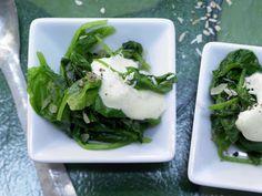 Orientalischer Blattspinat - mit Curry-Joghurt - smarter - Kalorien: 98 Kcal - Zeit: 15 Min. | eatsmarter.de
