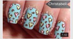 Uñas azules con corazones