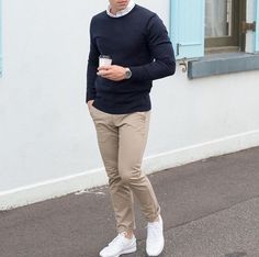 Die: White Sneakers + Beige Chinos + Black Sweater + White Simple Shirt