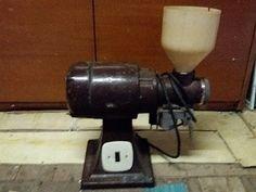 Starozitny kafemlejnek plně funkční praskla vrchní plastova
