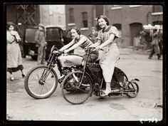 vintage everyday: 45 Amazing Vintage Photographs of Bicycle Messenger Boys Across America from the Early Century Female Motorcycle Riders, Motorcycle Art, Motorcycle Girls, Motorcycle Design, Vintage Photographs, Vintage Photos, Vintage Stuff, Scooters, Motos Retro