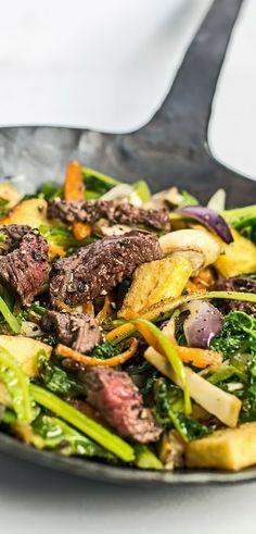Schnelle Gemüse-Pfanne mit Wirsing, Streifen vom Rumpsteak und frittierten Kartoffeln