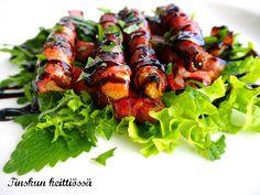 Raparpekoni eli pekoniin käärittyä raparperia: Tinskun keittiössä