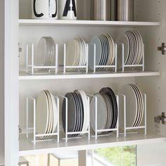 食器棚の中を美しく整頓。「ディッシュラック タワー」のご紹介です。 平積みしていると使いたいお皿が下の方にあって不便に感じたことはないでしょうか。 ディッシュラック タワーはお皿を立てて収納できるので、すべてのお皿が取り出しやすく、平置きよりもほこりが気になりません。 お皿の設置部分にはシリコンのストッパーが付いているので、滑らずしっかり収納することができます。 SサイズとLサイズがございますので、ご家庭の食器棚に合わせてお選びいただけます◎ #home#tower#スタイリッシュ#キッチン#皿#ディッシュラック#お皿収納#お皿#カトラリー収納#カトラリー#キッチン収納#キッチン#食器棚#食器棚収納#整理整頓#整理収納#暮らし#丁寧な暮らし#シンプルライフ#おうち#北欧雑貨#北欧インテリア#収納#シンプル#モダン#便利#おしゃれ #雑貨 #yamazaki #山崎実業