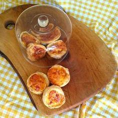 Quiche lorraine is een lekker hartig taartje voor kinderen. Ze smullen vaak van de spekjes erin. Maak je ook eens dit leuke recept voor een minivariant? Lekker bij lunch, buffet, picknick of als avondeten! http://dekinderkookshop.nl/recepten-voor-kinderen/mini-quiche-lorraine/
